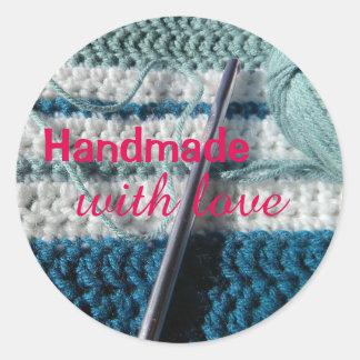 Ganchillo hecho a mano con los pegatinas del amor etiquetas redondas