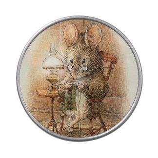 Ganchillo o ratón que hace punto en casa frascos de caramelos