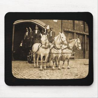Gancho y compañía de bomberos traídos por caballo  alfombrillas de ratón