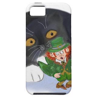 Ganchos agarradores del gatito en un Leprechaun iPhone 5 Funda