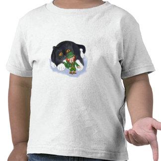 Ganchos agarradores del gatito en un Leprechaun Camiseta