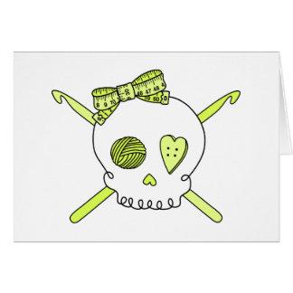 Ganchos del cráneo y de ganchillo amarillo tarjeta