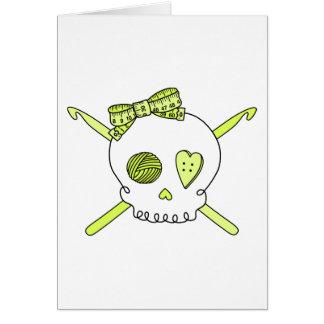 Ganchos del cráneo y de ganchillo amarillo felicitaciones