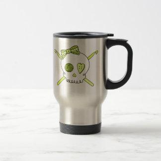 Ganchos del cráneo y de ganchillo (amarillo) taza de café