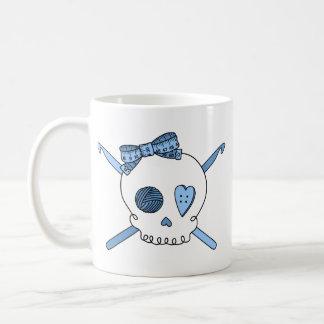 Ganchos del cráneo y de ganchillo (azules cielos) taza