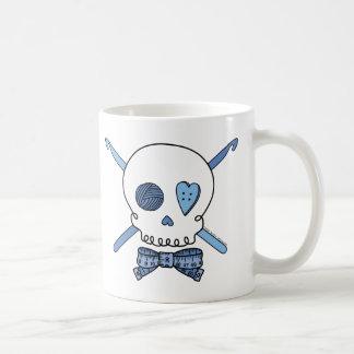 Ganchos del cráneo y de ganchillo (azules) taza de café
