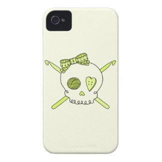 Ganchos del cráneo y de ganchillo (fondo amarillo) iPhone 4 Case-Mate fundas