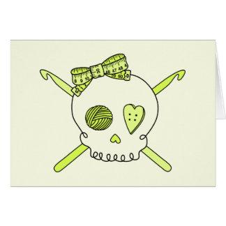 Ganchos del cráneo y de ganchillo fondo amarillo felicitaciones