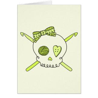 Ganchos del cráneo y de ganchillo fondo amarillo tarjeta