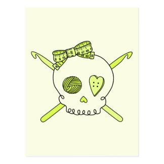 Ganchos del cráneo y de ganchillo fondo amarillo