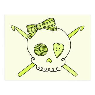 Ganchos del cráneo y de ganchillo (fondo amarillo) tarjetas postales