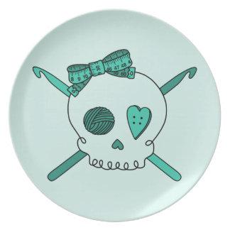 Ganchos del cráneo y de ganchillo (fondo de la tur platos de comidas