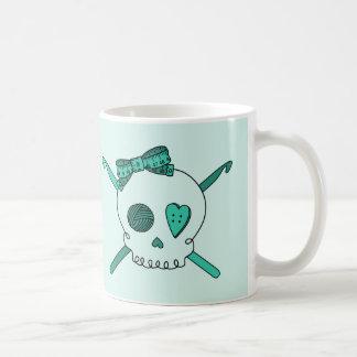Ganchos del cráneo y de ganchillo (fondo de la tur taza de café