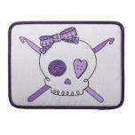Ganchos del cráneo y de ganchillo (fondo púrpura) fundas macbook pro