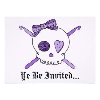 Ganchos del cráneo y de ganchillo fondo púrpura