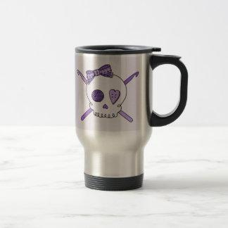 Ganchos del cráneo y de ganchillo (fondo púrpura) taza de café