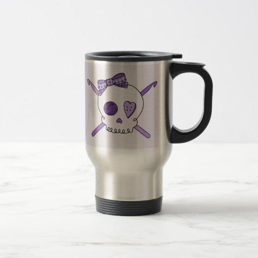 Ganchos del cráneo y de ganchillo (fondo púrpura) taza de viaje