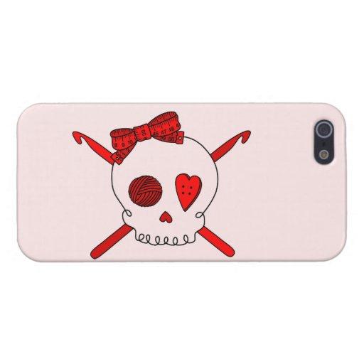 Ganchos del cráneo y de ganchillo (fondo rojo) iPhone 5 protectores