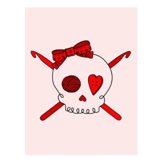 Ganchos del cráneo y de ganchillo (fondo rojo) postal