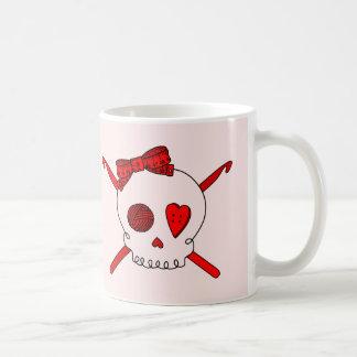 Ganchos del cráneo y de ganchillo (fondo rojo) taza