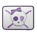 Ganchos del cráneo y de ganchillo (púrpuras) fundas para macbooks