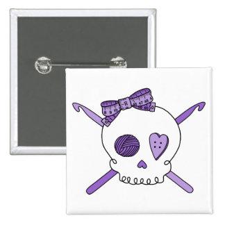 Ganchos del cráneo y de ganchillo (púrpuras) pin cuadrada 5 cm