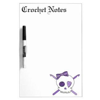 Ganchos del cráneo y de ganchillo púrpuras tableros blancos