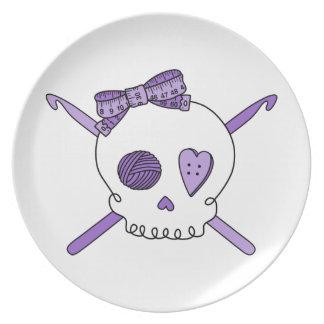Ganchos del cráneo y de ganchillo (púrpuras) plato de cena