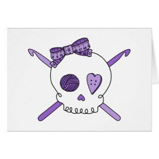 Ganchos del cráneo y de ganchillo púrpuras felicitacion