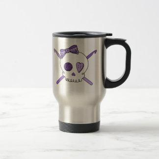 Ganchos del cráneo y de ganchillo (púrpuras) taza de café