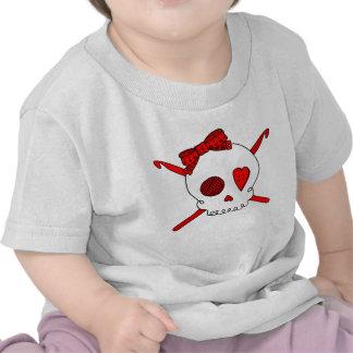Ganchos del cráneo y de ganchillo (rojos) camiseta
