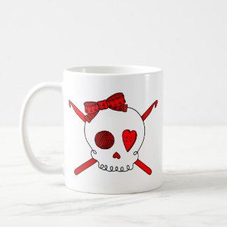 Ganchos del cráneo y de ganchillo (rojos) taza de café