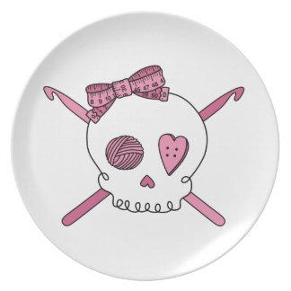 Ganchos del cráneo y de ganchillo (rosa) platos para fiestas