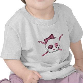 Ganchos del cráneo y de ganchillo (rosa) camiseta