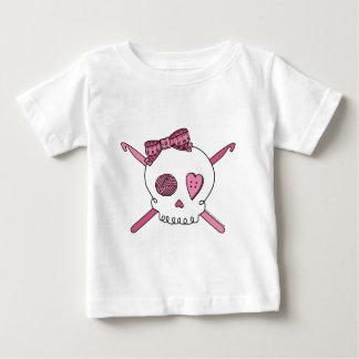 Ganchos del cráneo y de ganchillo (rosa) playera para bebé