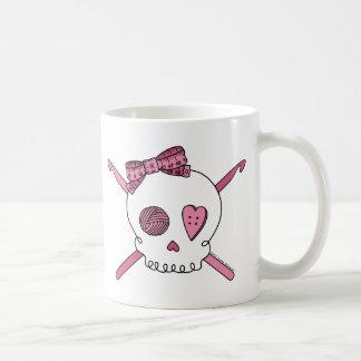 Ganchos del cráneo y de ganchillo (rosa) taza