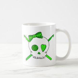 Ganchos del cráneo y de ganchillo (verde lima) taza