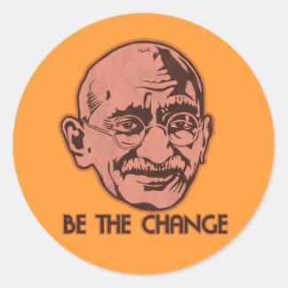 Gandhi sea el cambio pegatina redonda