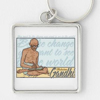 Gandhi sea la cita del cambio llavero cuadrado plateado