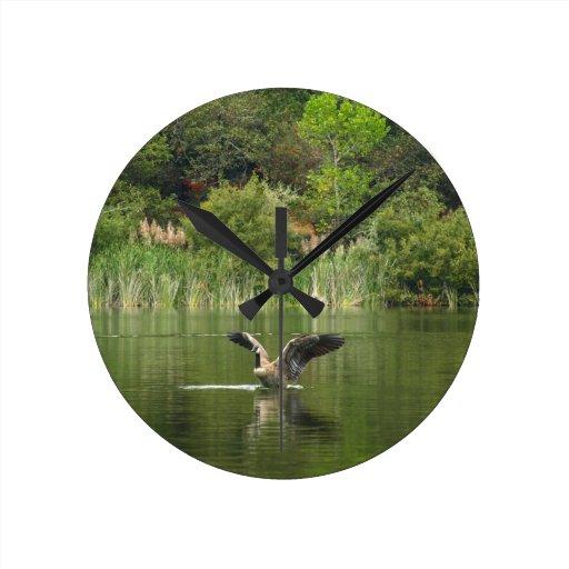 Ganso en el lago Ralphine Reloj De Pared
