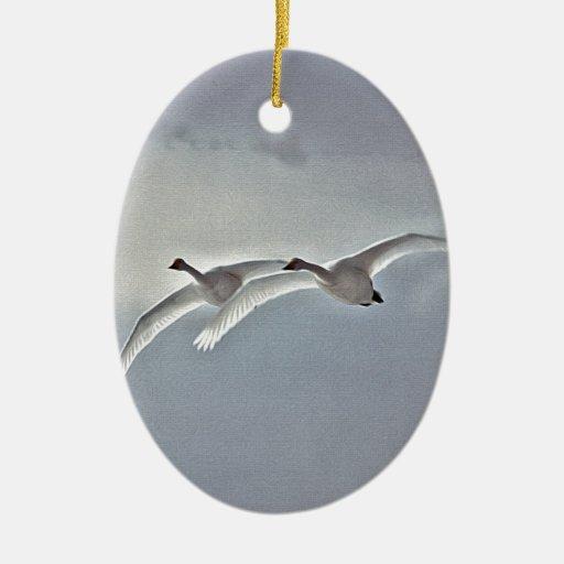 Gansos blancos que vuelan adorno navideño ovalado de cerámica