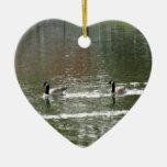 Gansos canadienses en el lago ornamento para reyes magos