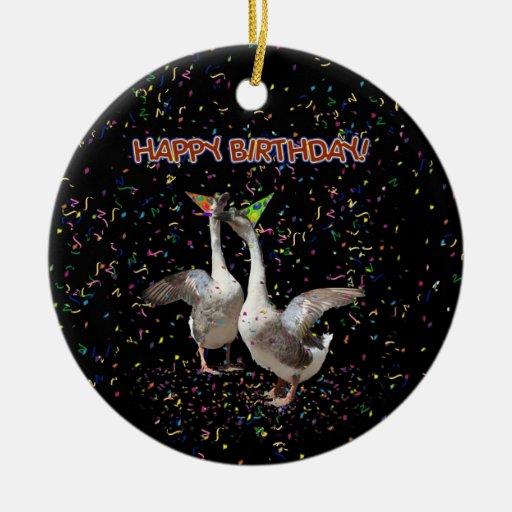 Gansos del feliz cumpleaños adorno navideño redondo de cerámica