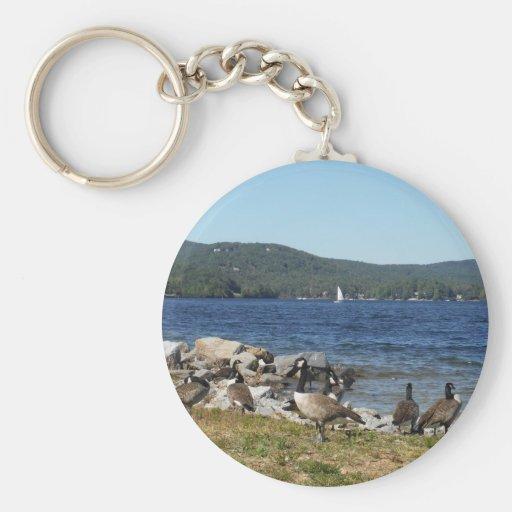 Gansos y lago con el velero llavero redondo tipo pin