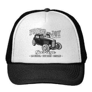 Garaje del coche de carreras del orgullo y de la a gorro de camionero