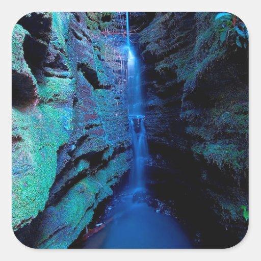 Garganta profunda del río del barranco de la pegatina cuadrada