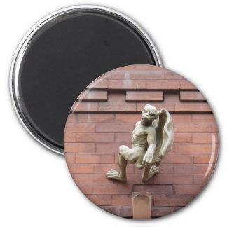 Gargoyle que cuelga en la pared de ladrillo roja imanes