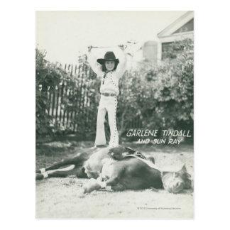 Garlene Tindall que se coloca en un caballo del tr Tarjetas Postales