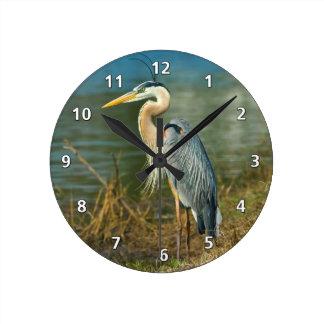Garza de gran azul en la charca reloj redondo mediano