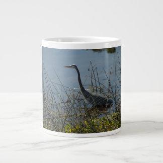 Garza de gran azul en la taza de la especialidad d taza grande